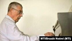 Az idén Széchenyi-díjjal kitüntetett Gonda János Erkel Ferenc-díjas zongoraművész, zeneszerző, zenetörténész zongorán játszik budapesti otthonában 2012. augusztus 9-én.