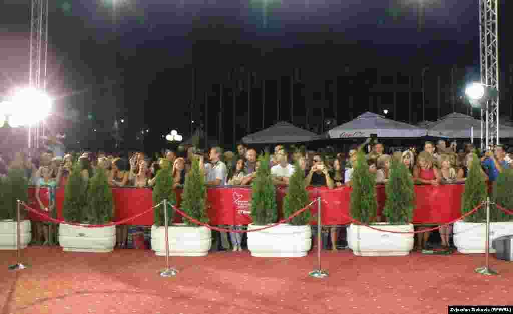 Publika ispred crvenog tepiha