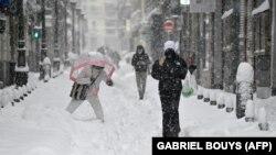 Járókelők a mardidi hóesésben 2021. január 9-én. Spanyolországban legkevesebb három halálos áldozata van a rendkívül időjárásnak.