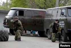Проросійські бойовики зайняли позицію на блокпості поряд з аеропортом у Краматорську, 2 травня 2014 року