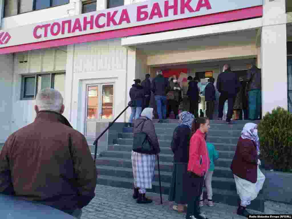 Луѓе чекаат ред пред банка во Дебар. Градот е во карантин поради пандемија на коронавирус.
