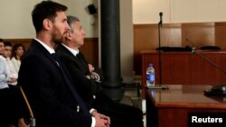 Lionel Messi së bashku me të atin në gjykatën e Barcelonës