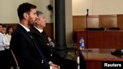 Футболчи Месси отаси билан суд залида, Барселона, 2016 йил 2 июли.