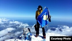 Arineta Mula ka ngritur flamurin e Kosovës në malin më të lartë të Evropës, Elbrus