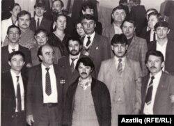 Кырымтатар активистлары ТИҮнең беренче корылтаенда. Гамер Баев өске рәттә уңнан икенче. Казан, 17 февраль 1989