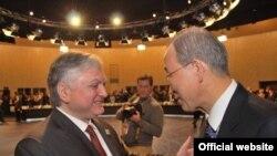 Հայաստանի արտգործնախարար Էդվարդ Նալբանդյանի եւ ՄԱԿ-ի գլխավոր քարտուղար Բան Կի-մունի հանդիպումը ՆԱՏՕ-ի Լիսաբոնի գագաթնաժողովի շրջանակներում, 20-ը նոյեմբերի, 2010թ.