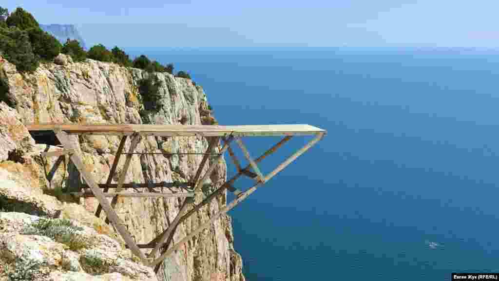 Мостик для роупджампинга: высота 260 метров над уровнем моря, высота отвесной стенки 140 метров, длина падения – 120 метров