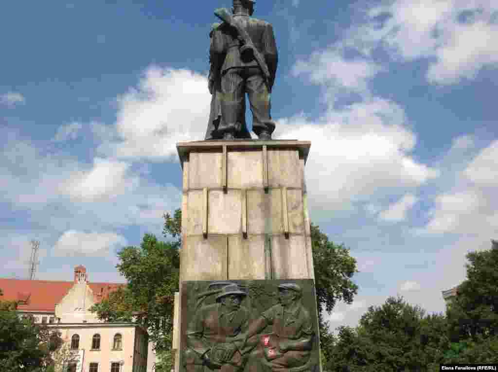"""""""Ян и Иван"""": вид сзади. Фигуры отлиты из старинного немецкого памятника."""