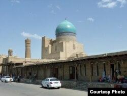 Торговая улочка возле мечети Калян. Фото 2007 года.
