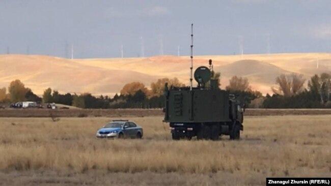 Полицейские машины и спецтехника недалеко от места акции. Актюбинская область, 30 сентября 2021 года