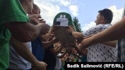 Iznošenje tabuta sa posmrtnim ostacima 19 ubijenih Srebreničana koji će 11. jula biti ukopani u mezarju Memorijalnog centra Srebrenica - Potočari na 26. godišnjicu genocida u tom bh. gradu (9. juli 2021.)
