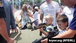 Крымчан приучают к оружию (фотогалерея)
