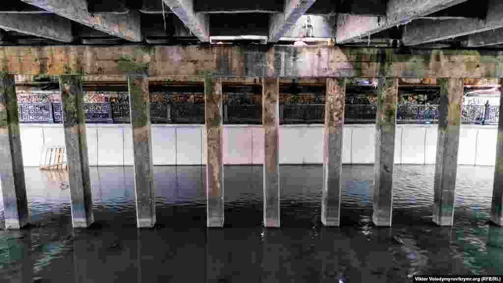 Вид на балки под мостом