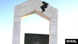 Алматыда 1986 жылғы Желтоқсан оқиғасына қатысқан Қайрат Рысқұлбековтың зиратының басындағы ескерткіш. Семей, желтоқсан, 2009 жыл.
