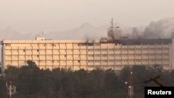 نمایی از هتل اینترکنتیننتال در کابل که پس از پایان عملیات همچنان دود از ساختمان آن بلند می شود.