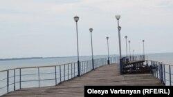 Для подавляющего большинства жителей постсоветского пространства Крым ассоциируется с его Южным берегом, а это почти то же, что и Абхазия... Ну, а главное, конечно, – это весьма разные углы зрения, ибо любители раскладывать глобальные геополитические пасьянсы привыкли рассматривать Абхазию исключительно как объект, а не субъект исторического процесса