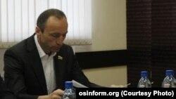 По мнению парламентской оппозиции, у большинства получится лишить Дмитрия Тасоева полномочий вице-спикера и главы комитета