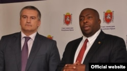 Сергей Аксенов и министр окружающей среды Зимбабве Сэйвиор Касукувери
