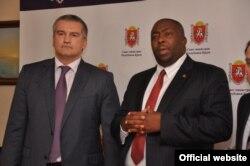 Сергей Аксёнов и министр окружающей среды, водных ресурсов и климата Зимбабве Сэйвиор Касукувери. 20 декабря 2014 года