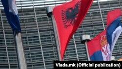 Flamuri i Shqipërisë dhe Maqedonisë së Veriut.