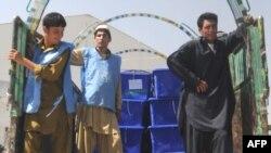 کارمندان کمیسیون انتخابات هنگام انتقال اوراق رای دهی