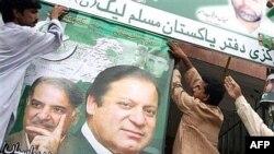 طرفداران نواز شریف پوسترهای وی وبرادرش را در شهر لاهور بر سر در حزب مسلم لیگ نصب می کنند.