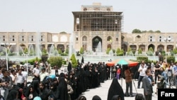 Women line up to cast their votes in Esfahan.