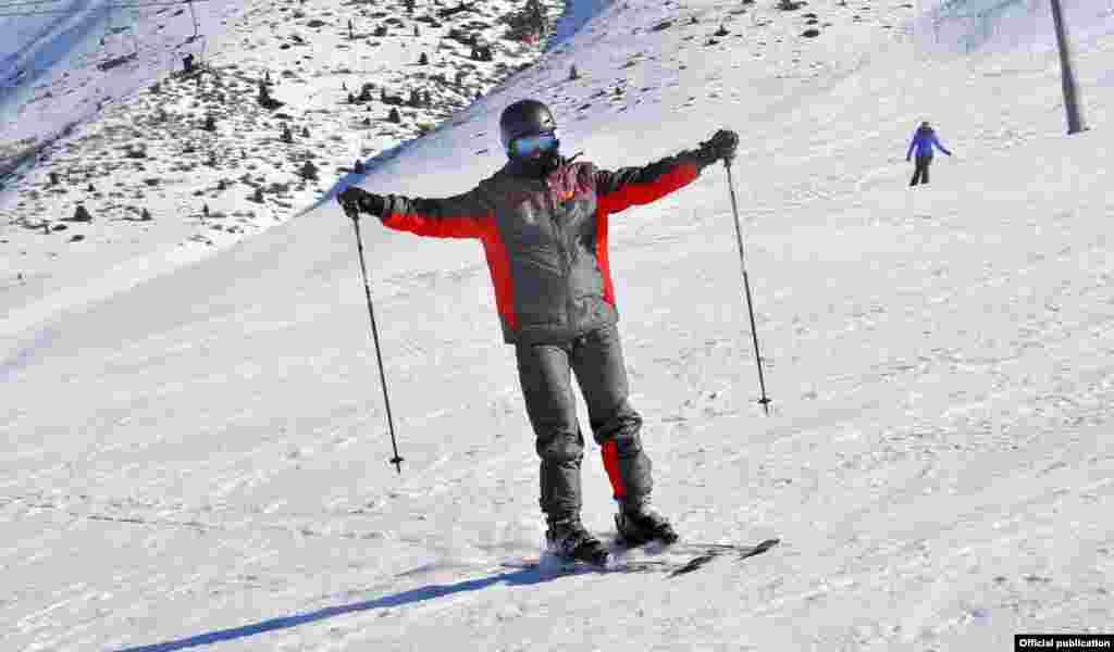 Премьер-министр Жоомарт Оторбаев лыжа тээп келатат.