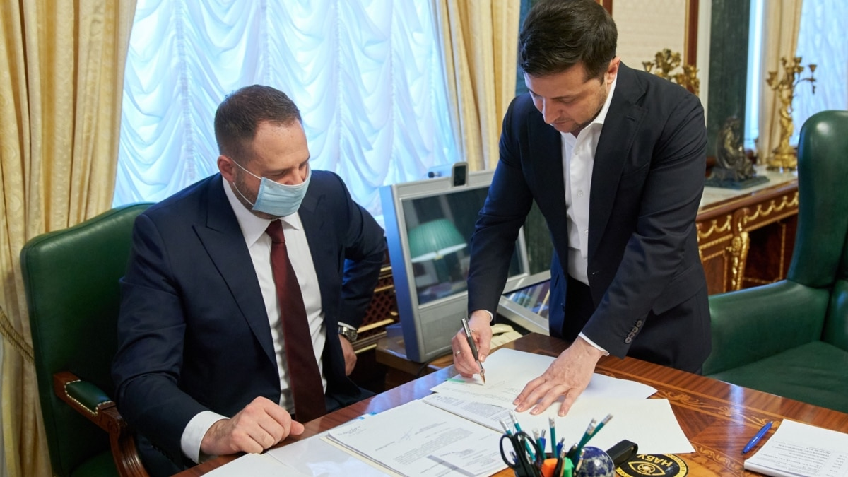 Ермак сознательно или бессознательно играет на руку Москве - Маринович (обзор прессы)