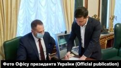 Андрій Єрмак (ліворуч) та Володимир Зеленський