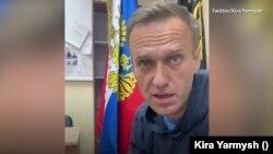 Алексей Навалний, раҳбари мухолифони Русия дар идораи полиси шаҳри Химки, ки он ҷо мурофиаи додгоҳӣ мегузарад
