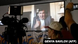 """Михаил Саакашвили бейне байланыс арқылы Киевте """"Жаңа күштердің қозғалысы"""" партиясы ұйымдастырған баспасөз конференциясында сөйлеп тұр. 1 тамыз 2017 жыл."""