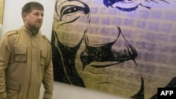 Рамзан Кадыров на фоне портрета отца