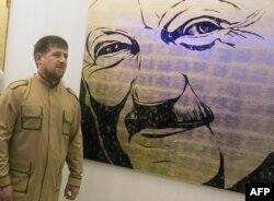 Рамзан Кадыров на фоне портрета Ахмата Кадырова