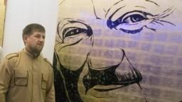 Кадыров Ахматан портретана хьалха лаьтташ ву цуьнан кIант Кадыров Рамзан (архивера сурт)