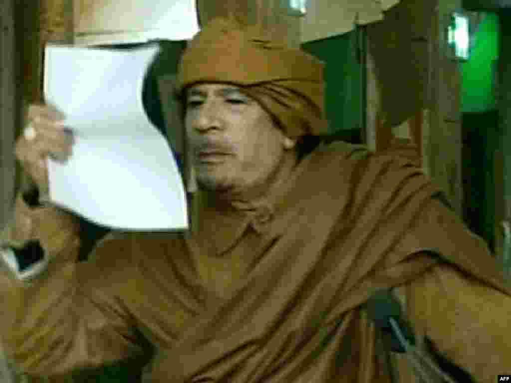 معمر قذافی رهبر لیبی در حال سخنرانی که از تلویزیون دولتی لیبی پخش شد