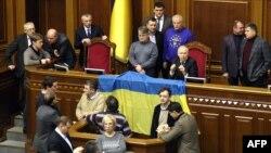 Украинаның оппозициялық фракцияларының депутаттары парламент сессиясының жұмысын кідіртті. Киев, 18 желтоқсан 2013 жыл.
