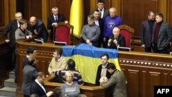Опозиція блокує трибуну і президію парламенту, 18 грудня 2013 року