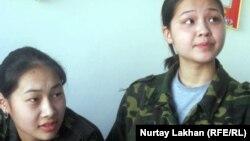 Сымбат Максутова (справа) и ее одноклассница после урока начальной военной подготовки. Село Бесагаш Алматинской области. 3 апреля 2012 года.