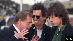 """მელბურნი (ავსტრალია), 1995 წლის 29 მარტი. ჩეხეთის პრეზიდენტი ვაცლავ ჰაველი (მარცხნივ) ესაუბრება ანსამბლ """"როლინგ სტოუნზის"""" წევრებს - გიტარისტ კით რიჩარდსსა და ვოკალისტ მიკ ჯაგერს."""