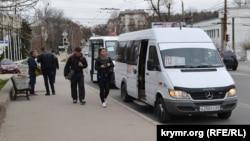 На остановке общественного транспорта «Памятник матросу Кошке» в Севастополе
