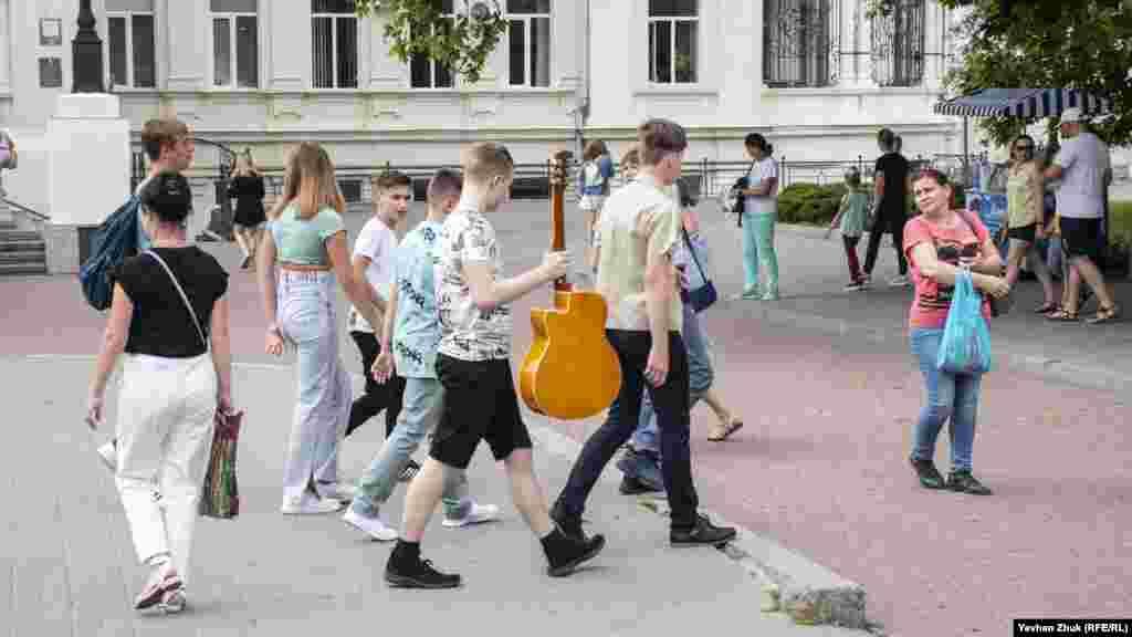 Люди прогулюються Приморським бульваром