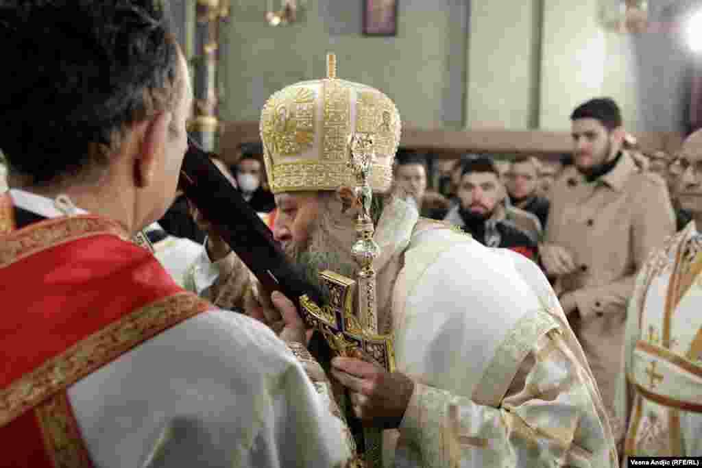 Novoustoličeni patrijarh Porfirije ljubi ikonu tokom službe u Sabornoj crkvi u Beogradu.