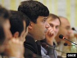 Elmar Hüseynov Bakıda ATƏT-in təşkil etdiyi 1-ci Cənubi Qafqaz Media Konfransında, 2004