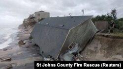 Уништена куќа на брегот на Флорида.
