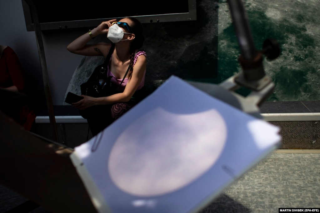Чоловік використав аркуш паперу, щоб «зловити» тінь від сонця у Празі, Чехія
