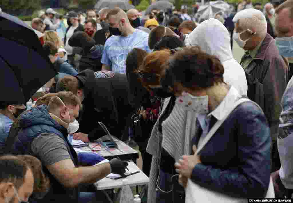 Білоруси годинами стояли в черзі, щоби залишити свої підписи за опозиційних кандидатів