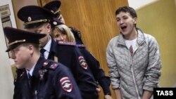 Надежду Савченко ведут на судебное заседание 6 мая