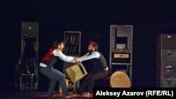 Ағылшынның «Гекко» театры актерлері қойған «Институт» спектаклінен көрініс. Амлаты, 5 ақпан 2016 жыл.
