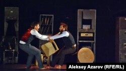 Эпизод из спектакля «Институт» английского театра «Гекко». Алматы. 5 февраля 2016 года.